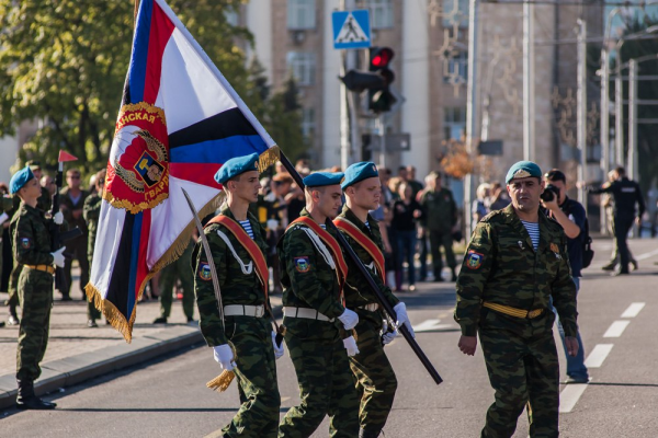 Ukraine, DPR, 100 bde flag ceremony.png